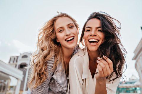 OCEAN-Modell: Zwei Frauen lächeln in die Kamera.