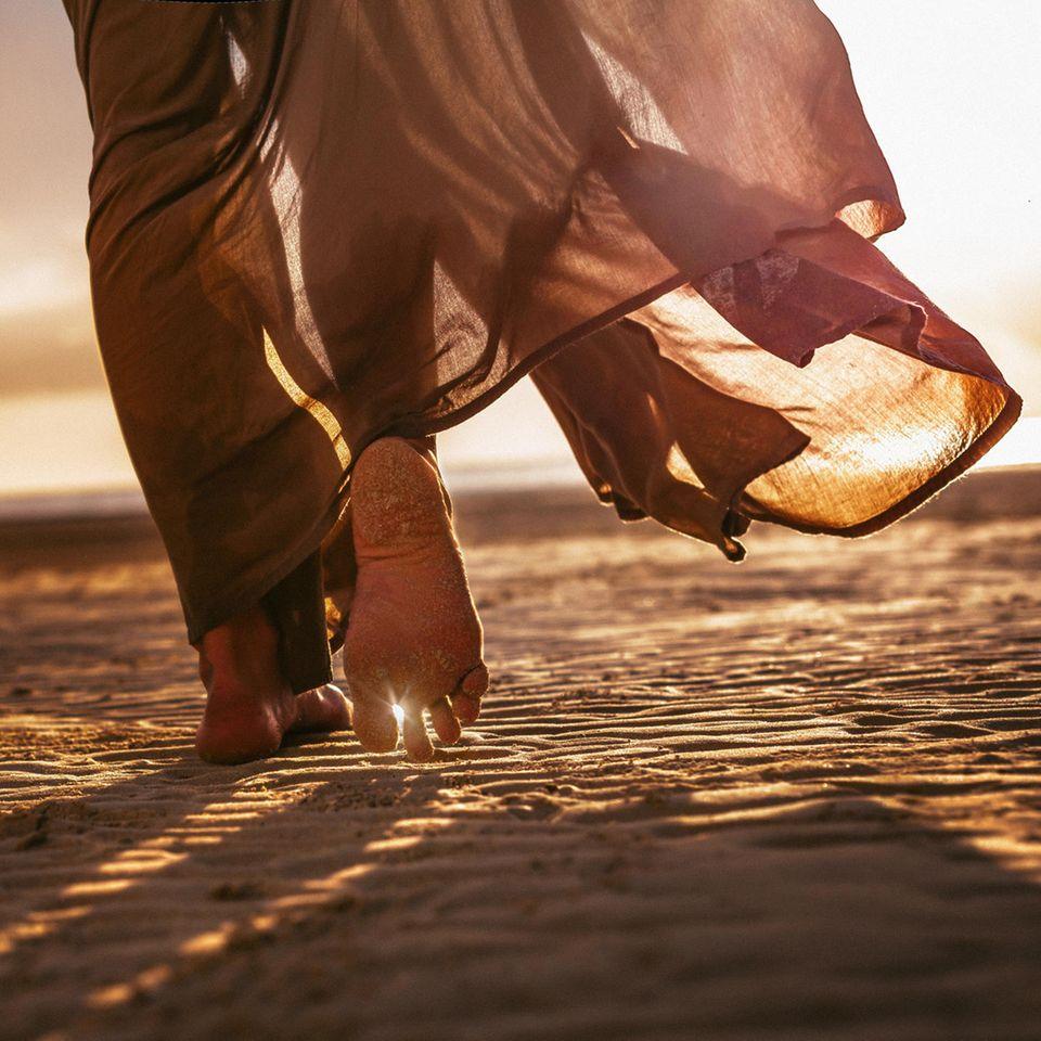 Aszendent Jungfrau: Frau geht in Sand