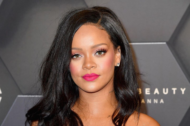 Rihanna mit pinkem Kleid und Make-up