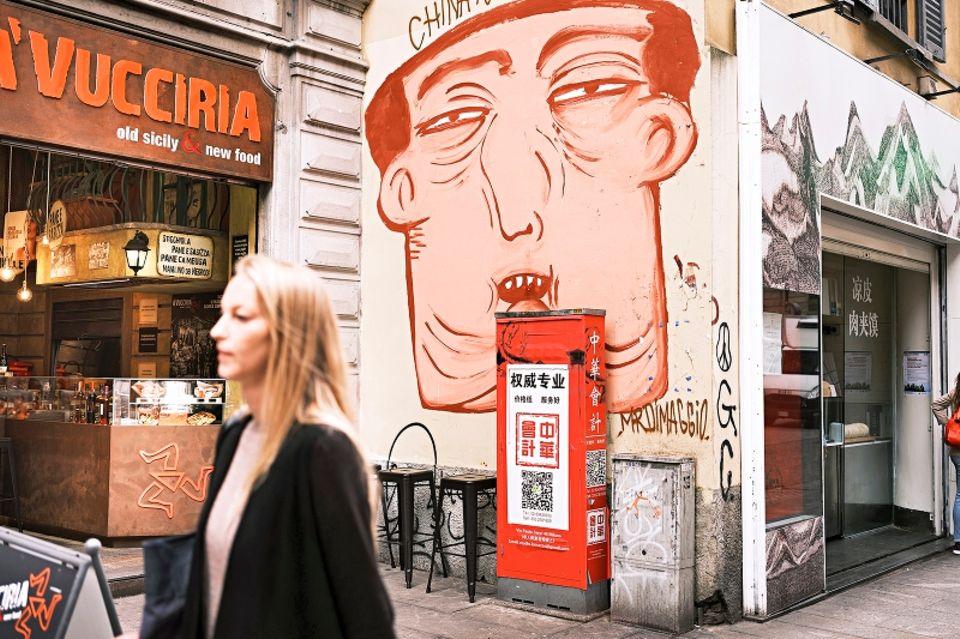 Wandbilder.Die Via Paolo Sarpi wird auch Chinatown genannt. Hier gibt es große Murals zu bestaunen.