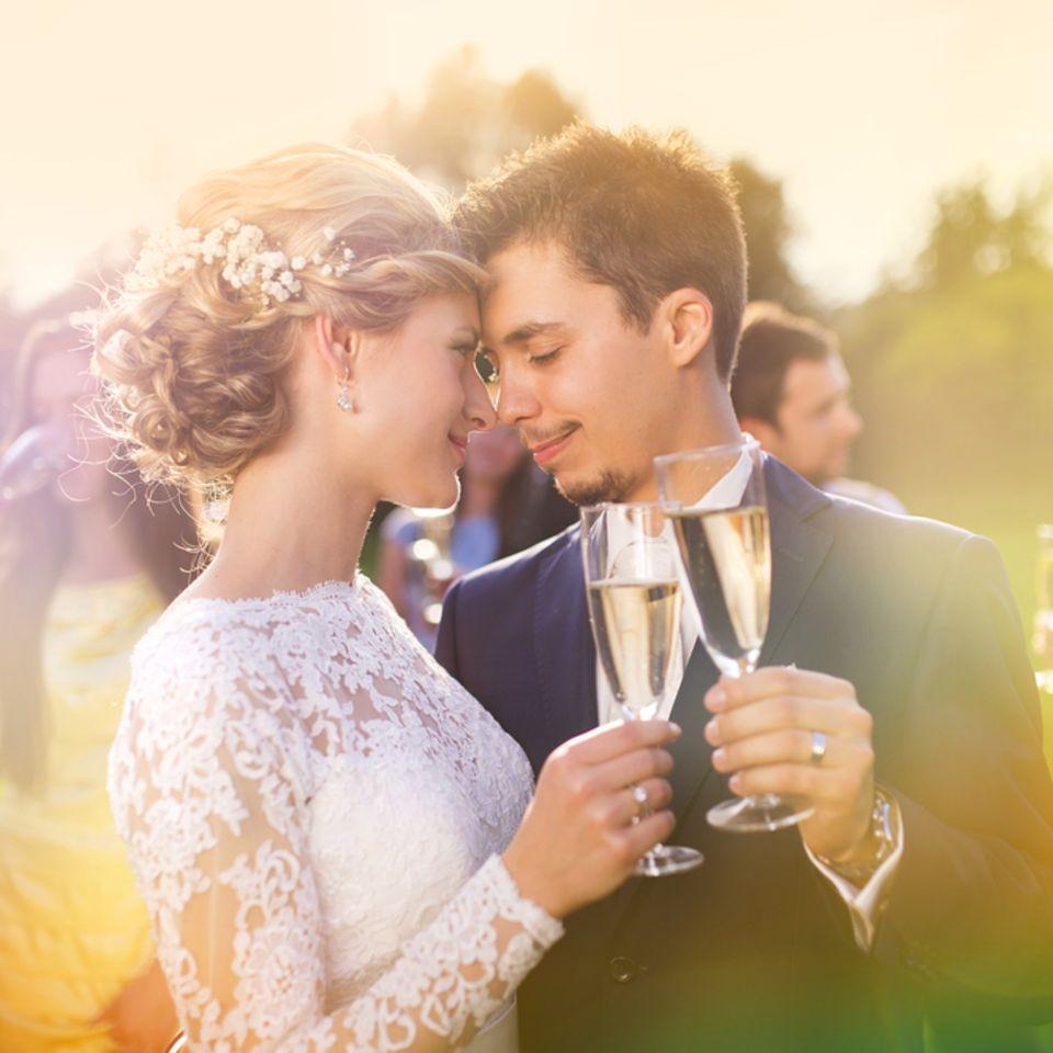 Sektempfang: Brautpaar stößt mit Sekt an