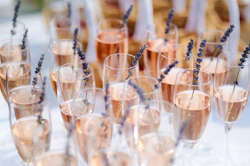 Sektempfang: Sekt mit Lavendel