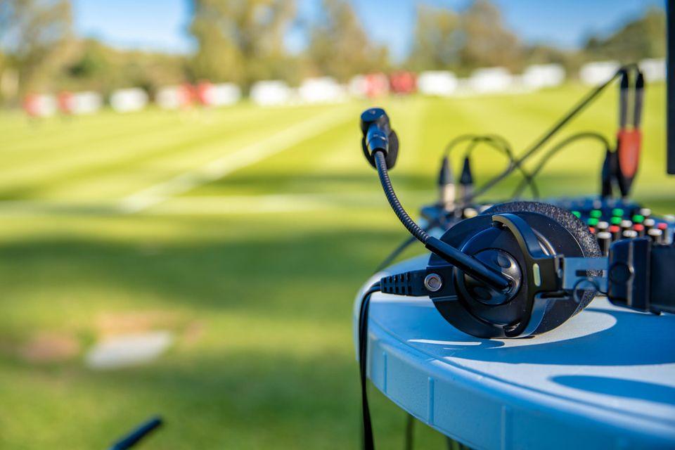 Erstmals wird eine Frau das WM-Finale kommentieren: Kopfhörer am Fußballfeld