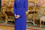 Königin Letizia lässt sich nicht so leicht in eine Fashion-Schublade stecken: Sie probiert gerne neue Styles und Schnitte aus. Auch lässt sie sich nicht davon beirren, ein Kleid zu tragen, welches vielleicht vorrangig für große Frauen geschneidert wurde. Sie beweist: Das bodenlange Kleid des spanischen Designers Alejandro de Miguel sieht auch an einer 1,70 Meter großen Frau stilvoll aus und zaubert dank des Blazer-Dekolletés und dem taillierten Schnitteine tolleSilhouette.