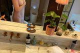 """Die Geburt per Kaiserschnitt hinterlässt bei vielen Frauen nicht nur äußerliche Narben. Schauspielerin Amy Schumer bricht mit dem Tabu-Thema und postet ein Nackt-Selfie mit ihrer Narbe auf Instagram. Dazu schreibt sie: """"Ich finde meine Kaiserschnittnarbe sieht heute süß aus!"""". Diese kleine Liebesbotschaft steht ganz im Sinne von Body Positivity und kommt bei ihren Followerinnen richtig gut an."""