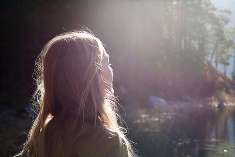 Frau schaut in Sonne