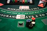 Ein Casino-Tisch mit Chips und Karten