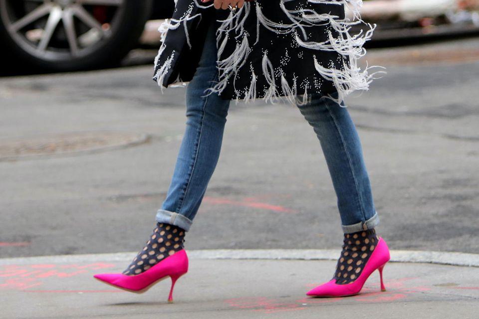 Olivia Palermo trägt schwarze Netz-Socken zu pinkfarbene Heels.