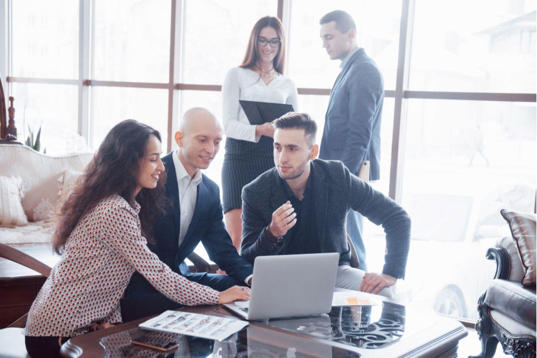 Was ist Network Marketing: Ein Team beim Arbeiten.