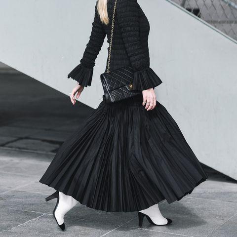 Plisseerock: Die passenden Styles für den Faltenrock, Catwalk, Junge Frau Fashionshow