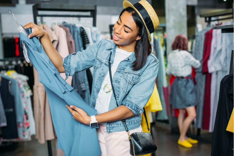 Umweltbewusst einkaufen: Frau sieht sich Kleid an