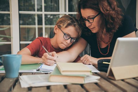 Homeschooling: Mutter und Kind beim Lernen