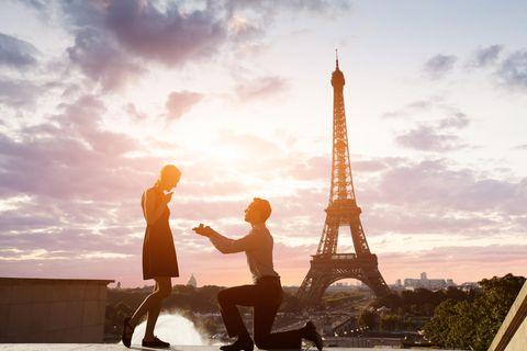 Studie: Ein Mann macht einer Frau einen Antrag in Paris
