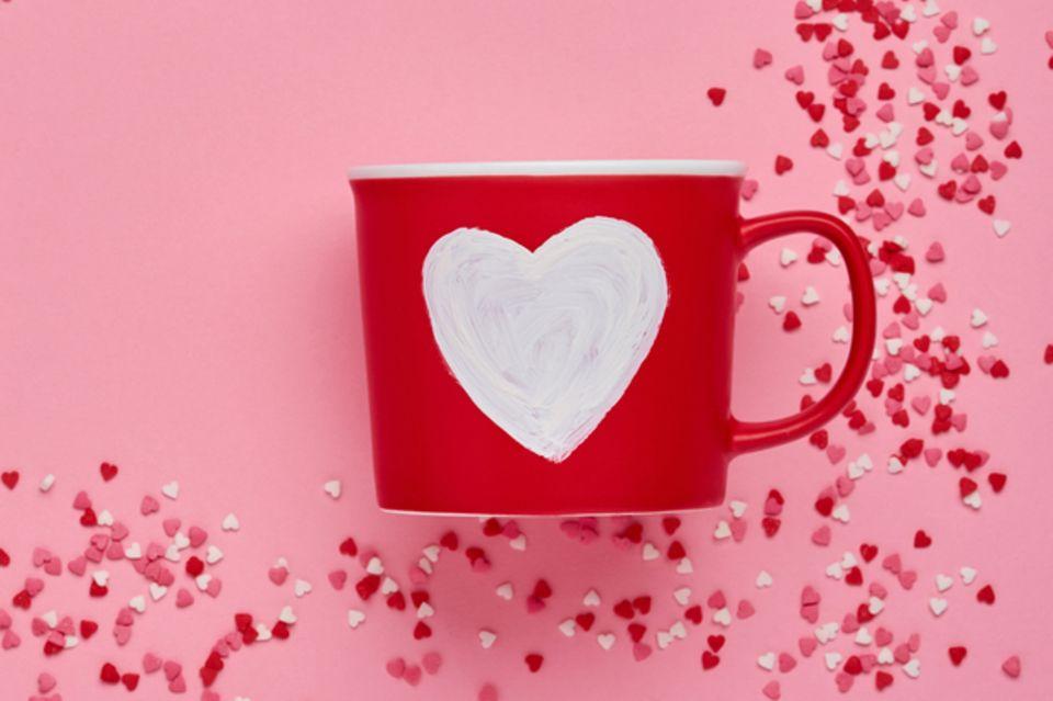 hochzeitsgeschenk basteln: Rote Tasse mit Herz