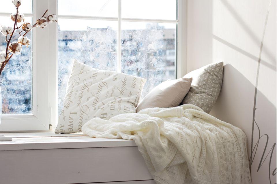 Hochzeitsgeschenk basteln: Erker mit Kissen und Decke