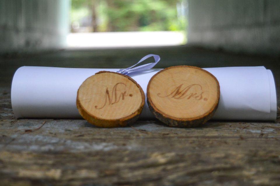 Hochzeitsgeschenk basteln: Holzscheiben und eine Papierrolle