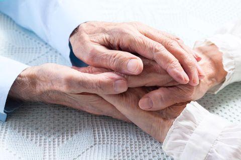 Alte Hände, die sich halten