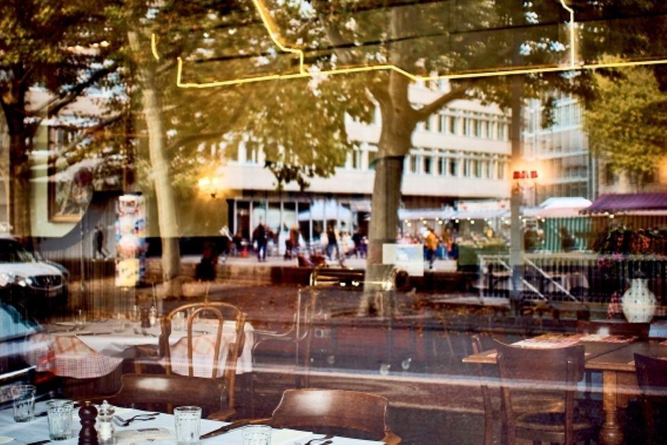 """Willkommen im Club.Das """"Volkshaus""""war früher eine Arbeiterbastion mit Kantine und Versammlungsräumen, heute ist es ein Wohlfühlort mit einer großartigen Buchhandlung, einem Hamam und einem hübschen Restaurant."""