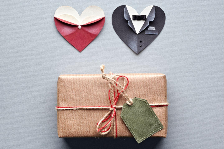 Hochzeitsgeschenk basteln: Eingepacktes Geschenk