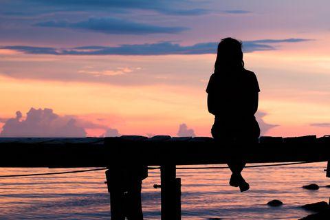 Horoskop: Eine einsame Frau auf einem Steg