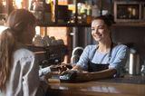 Corona aktuell: Bedienung im Café