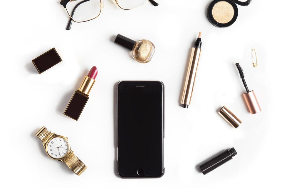 Brille, Handy und Make-up Produkte