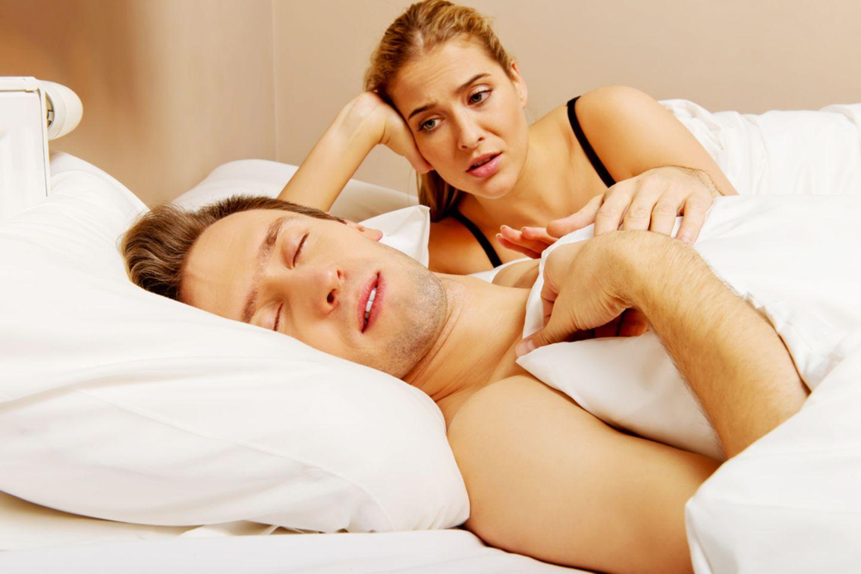 Im Schlaf reden: Mann und Frau im Bett