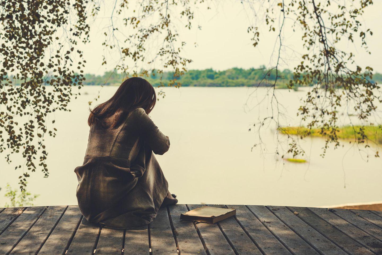 Reddit: Eine traurige Frau auf einem Steg