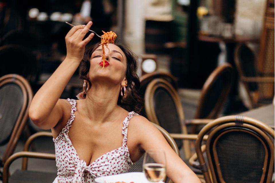 Italienerin isst Pasta