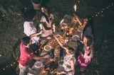 Nach Corona: Freunde feiern im Garten