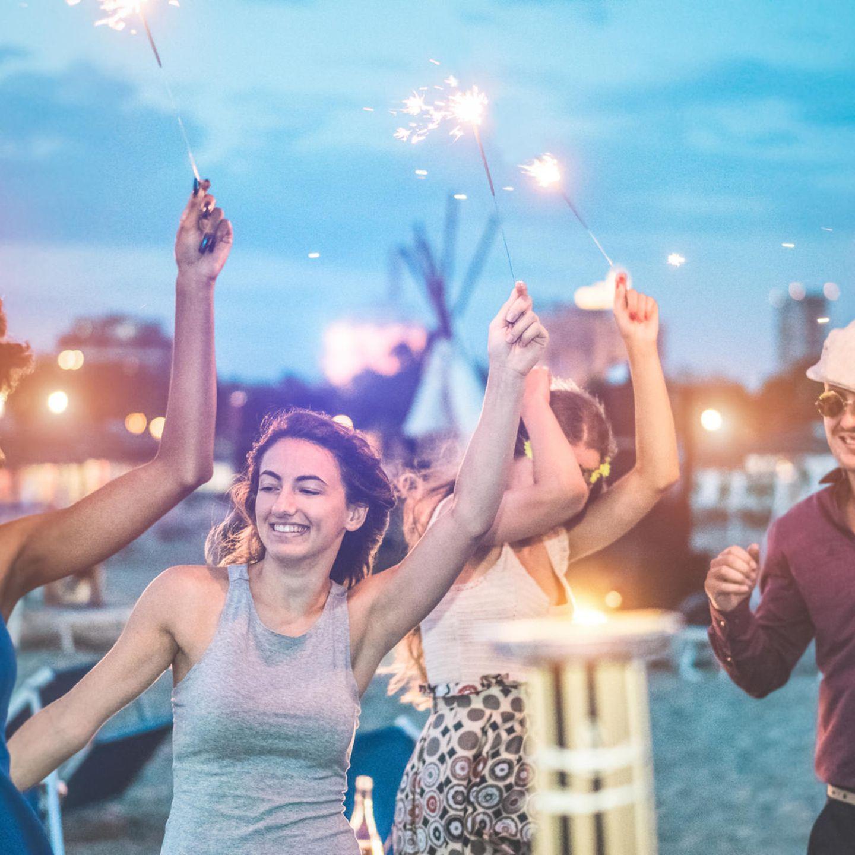 Nach Corona: Menschen feiern mit Wunderkerzen