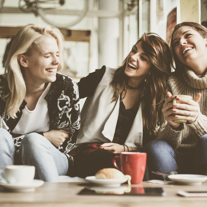 Nach Corona: Freundinnen im Café
