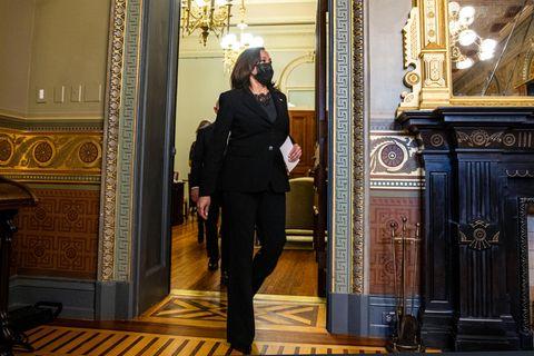 Von wegen schlicht - der schwarze Power-Suit von Kamala Harris passt ihr wie angegossen. Wir lieben, wie athletisch und strong der Hosenanzug geschnitten ist. Gute Looks brauchen manchmal gar nicht viel Trara.