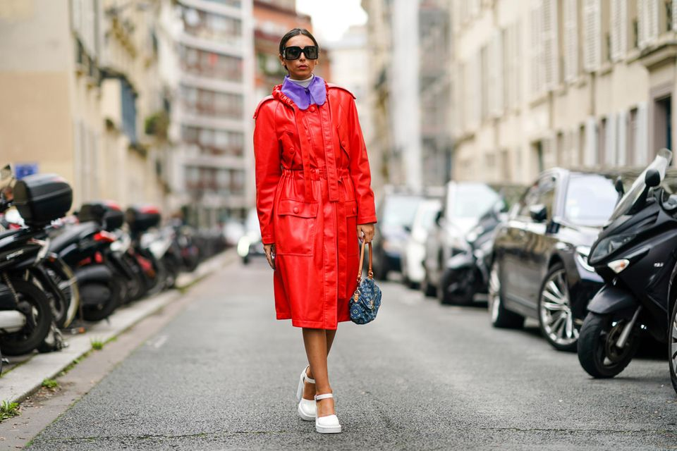 Aus Leder und in Rot: So tragen wir den Klassiker 2021.