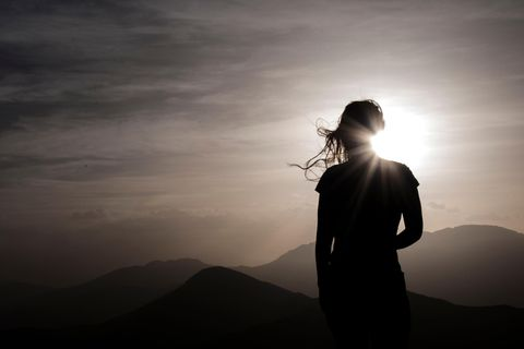 Sonnenzeichen: Frau steht im Sonnenlicht