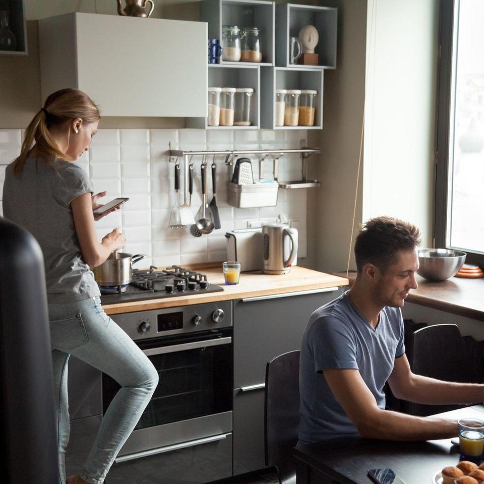 Beziehung ohne Liebe: Mann und Frau in der Küche