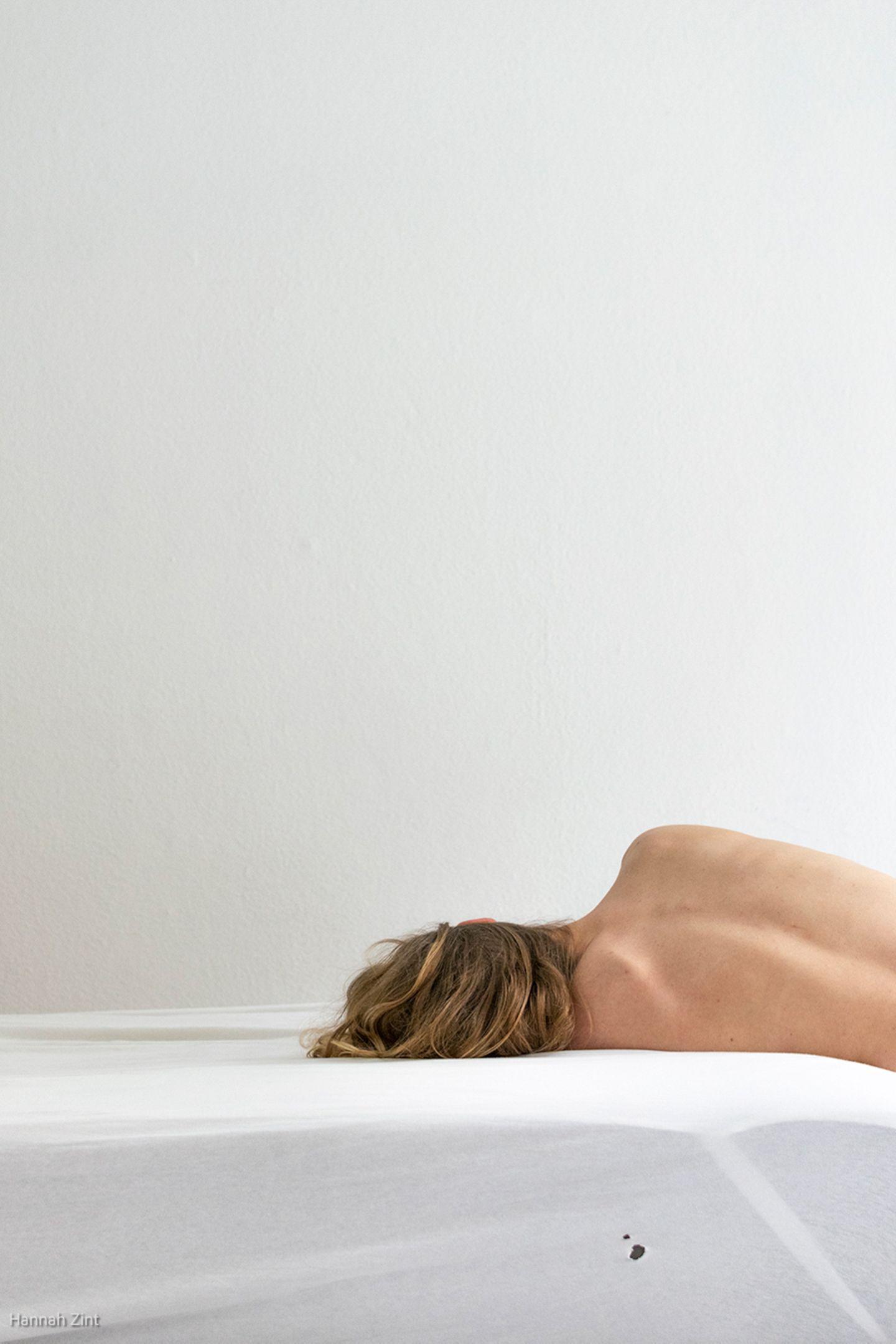 Endometriose in Bildern: Frau auf Bett