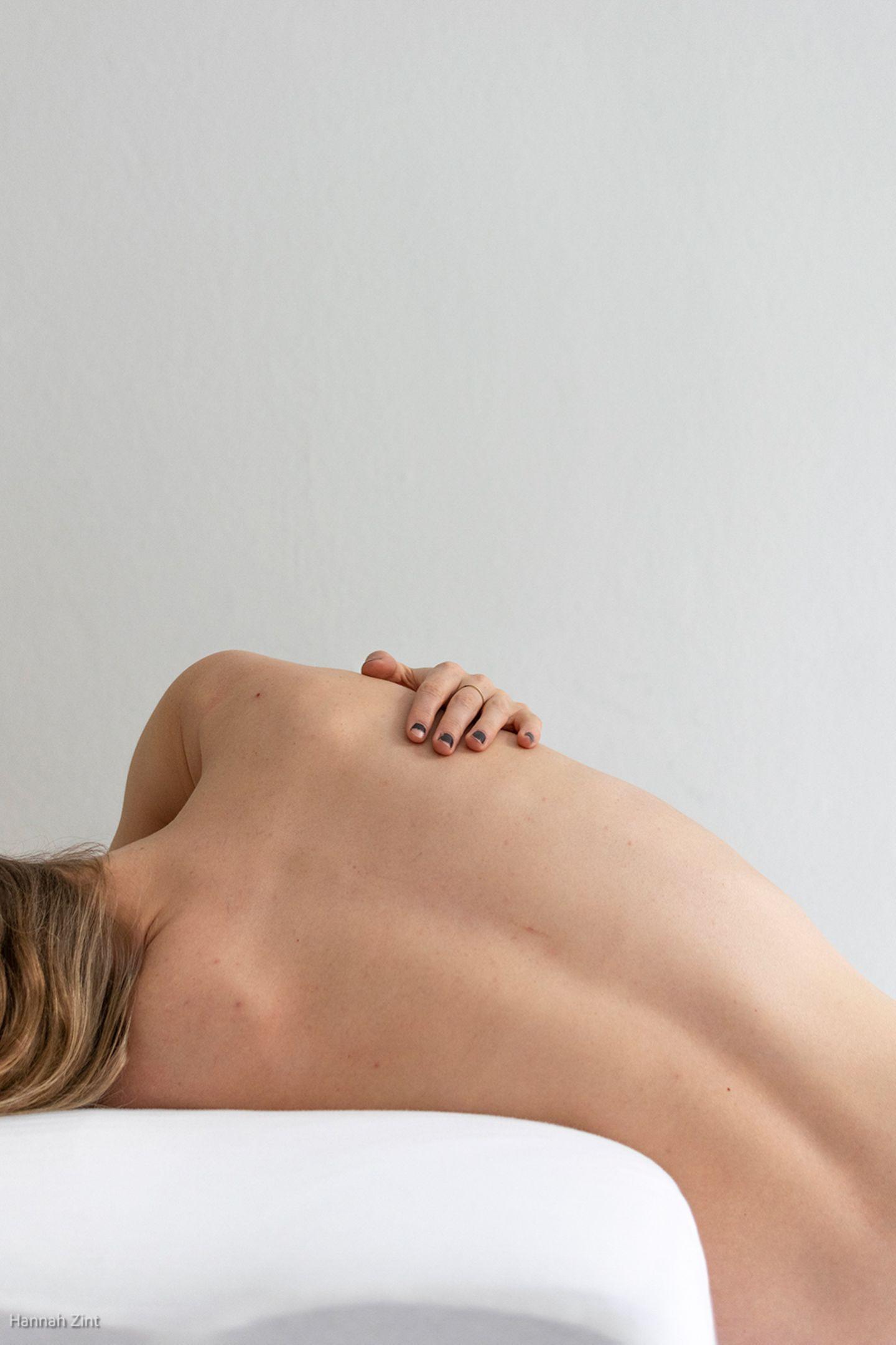 Endometriose in Bildern: Frau Rücken