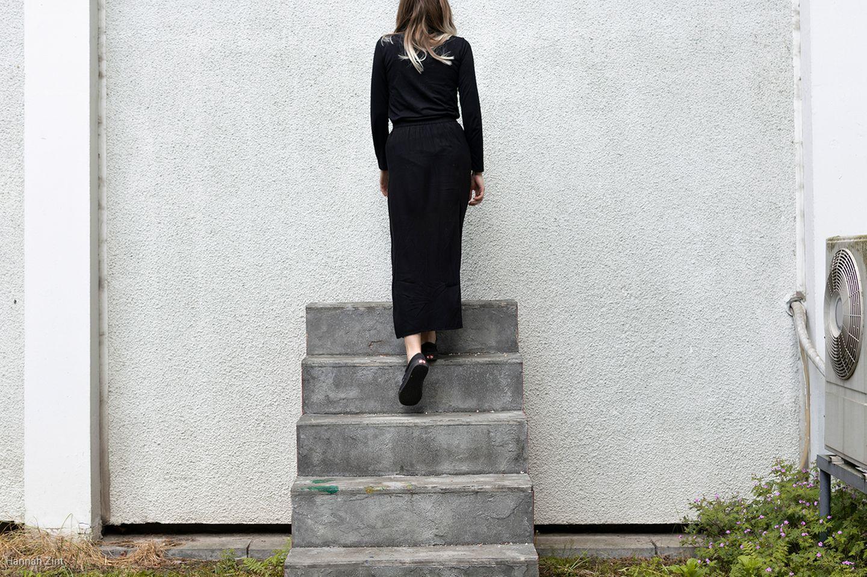 Endometriose in Bildern: Frau isteht auf Treppe