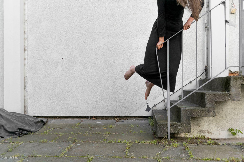 Endometriose in Bildern: Frau hüpft