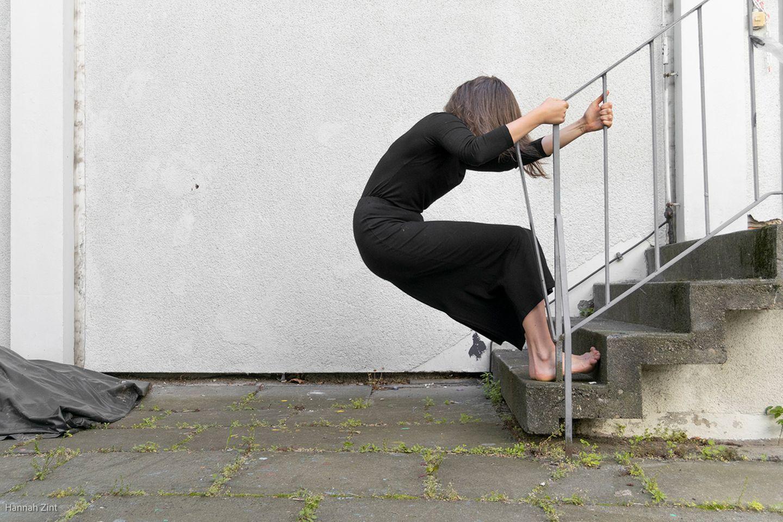 Endometriose in Bildern: Frau zieht am Geländer