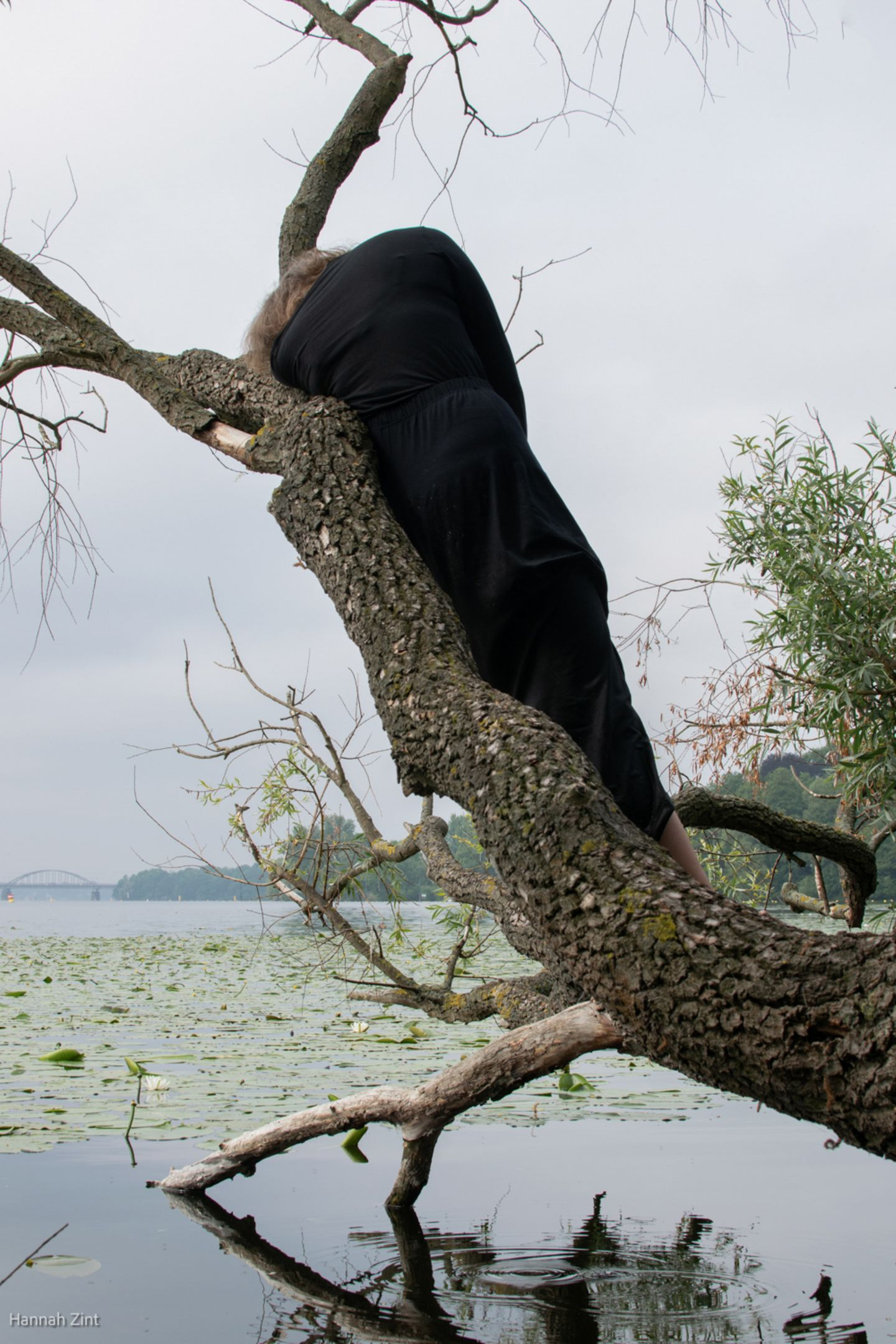 Endometriose in Bildern: Frau auf Baum