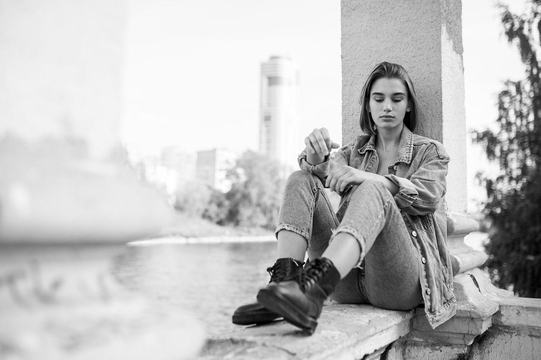 Psychologie: Eine selbstbewusste, traurige junge Frau