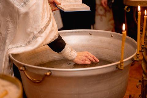 Baby stirbt nach orthodoxer Taufe: Priester taucht Hand ins Wasser