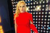 """Wow! In dieser bodenlangen Robe erscheint Rebel Wilsonbei denNFL Honors Awards. Das elegante, rote Kleid von der britischen LuxusmarkeSafiyaa steht der""""Pitch Perfect""""-Darstellerin hervorragend. Im letzten Jahr hatdie Schauspielerin unglaubliche 25 Kilo abgenommen! Mit""""Ich liebe mich in diesem Kleid"""" kommentiert sie ihren Look.Die Trennung von ihrem Freund Jacob Busch scheint die 40-Jährigegut überstanden zu haben.Aber Moment mal – dieserTraum in Rot kommt uns doch bekannt vor..."""