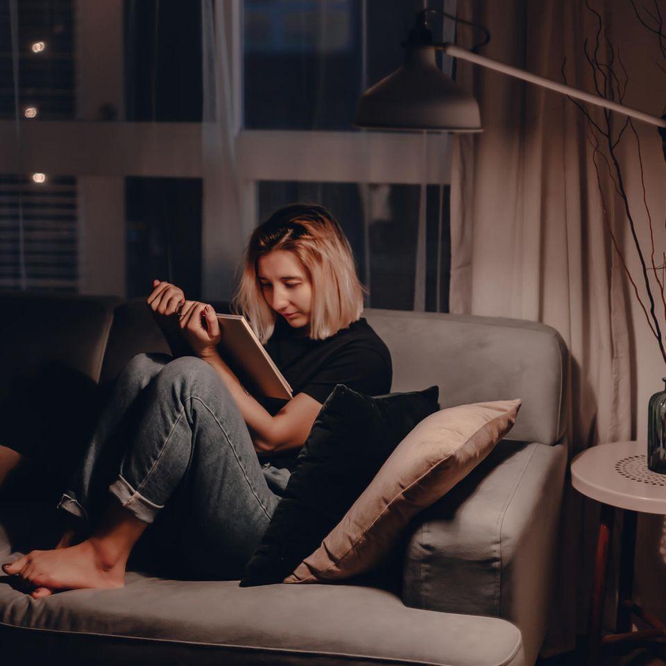 Buchtipps zu Corona: Junge Frau auf dem Sofa