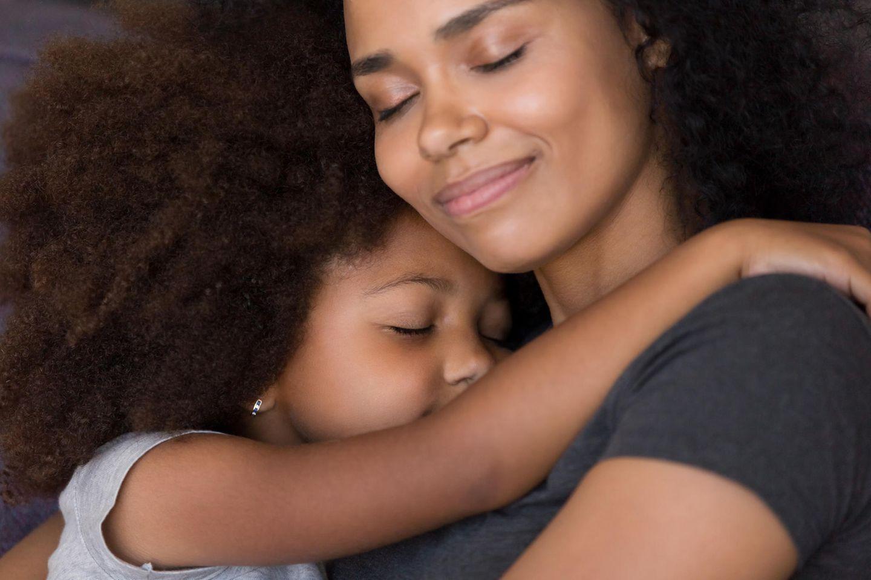 Worte für eine glückliche Kindheit: Mutter umarmt Tochter