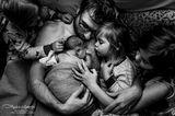 Geburtsfotos: Vater mkt seinen Kindern und Neugeborenem