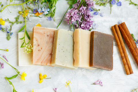 Seifenreste verwerten: Seifenstücke in verschiedenen Farben