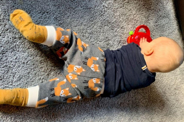 Lockdown mit Baby: Spielendes Baby auf Teppich